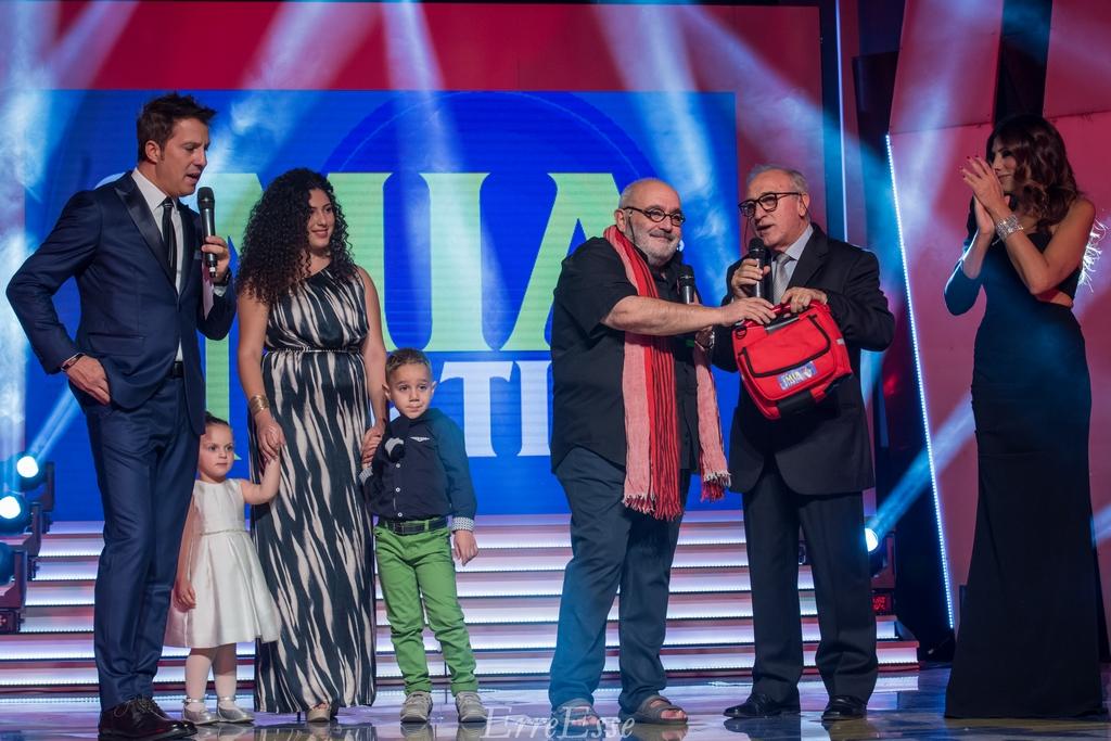 Nino Romeo Consegna un defibrillatore al Sindaco di Bagnara